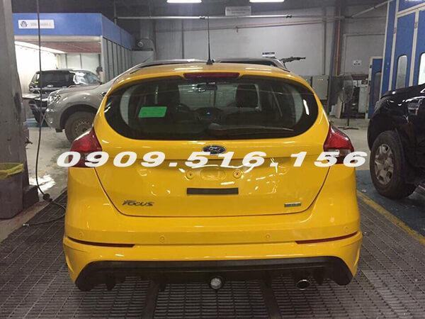 duoi-xe-mau-vang-ford-focus-rs-2018-muaxegiatot-vn-6